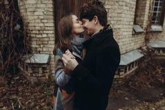 Beijo à moda do homem e da mulher momento atmosférico calmo romântico imagem de stock royalty free