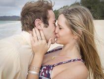 Beijo apaixonado na praia Fotografia de Stock
