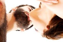 Beijo bonito feliz dos pares Fotografia de Stock
