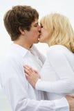 Beijo caucasiano dos pares fotografia de stock