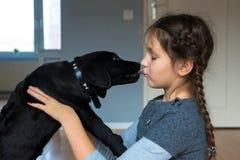 Beijo da criança e do cachorrinho O melhor amigo do homem do cão fotografia de stock royalty free