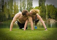 Beijo da flexão de braço Imagem de Stock Royalty Free
