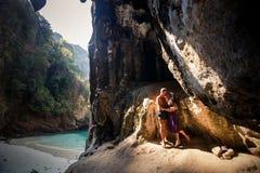 Beijo da mulher e do homem na caverna Fotos de Stock Royalty Free