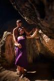 Beijo da mulher e do homem na caverna Fotografia de Stock Royalty Free