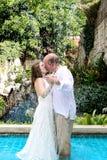 Beijo da noiva e do noivo. Imagem de Stock