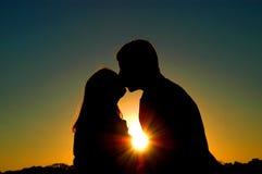 Beijo da silhueta imagem de stock