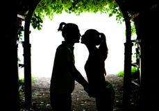 Beijo de dois amantes Imagens de Stock Royalty Free