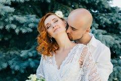 Beijo de pares novos felizes no amor Imagem de Stock