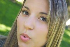 Beijo de sopro da mulher imagem de stock
