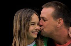 Beijo de um pai imagens de stock