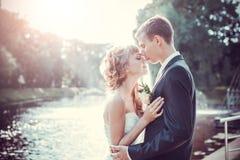 Beijo do casamento de Emocional fotografia de stock