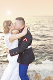 Beijo do casamento no por do sol Foto de Stock