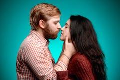 Beijo do homem novo e da mulher foto de stock royalty free