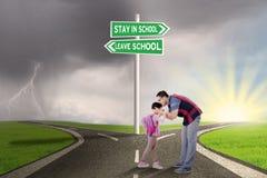 Beijo do homem sua criança na estrada Imagem de Stock