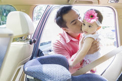 Beijo do pai sua criança no carro fotos de stock royalty free
