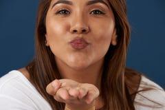 Beijo do sopro da mulher fotografia de stock