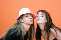 Beijo dos amigos Fotografia de Stock