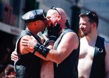 Beijo dos homossexual no orgulho do arco-íris de Toronto imagem de stock royalty free