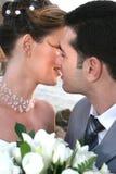 Beijo em um fundo de um declínio Fotografia de Stock Royalty Free