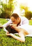 Beijo feliz dos pares Imagem de Stock