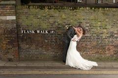 Beijo feliz dos pares foto de stock royalty free