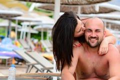 Beijo feliz dos pares imagem de stock royalty free