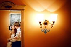 Beijo na reflexão fotos de stock
