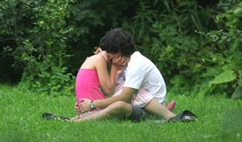 Beijo no amor com parque imagem de stock royalty free