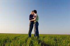Beijo no campo Foto de Stock Royalty Free