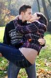 Beijo novo dos pares Fotografia de Stock Royalty Free