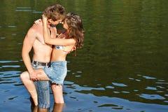 Beijo novo dos pares fotos de stock