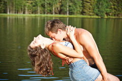 Beijo novo dos pares foto de stock