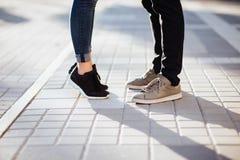 Beijo novo dos pares exterior na luz do sol do verão fotografia de stock royalty free
