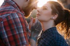Beijo romântico dos pares Fundo dos relacionamentos Imagem de Stock Royalty Free