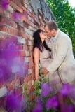 Beijo romântico perto da parede de tijolo velha Foto de Stock