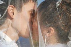 Beijo sob o vail Foto de Stock