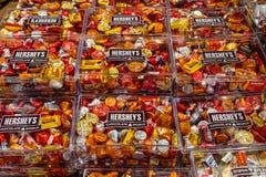 Beijos de chocolate famosos do ` s de Hershey e doces sortidos Fotografia de Stock