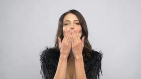 Beijos de sopro do ar da jovem mulher bonita feliz filme