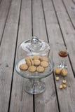 Beijos do ` s da senhora - as cookies italianas do sanduíche da avelã no bolo estão Fotos de Stock Royalty Free