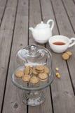 Beijos do ` s da senhora - as cookies italianas do sanduíche da avelã no bolo estão Imagem de Stock Royalty Free