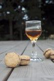 Beijos do ` s da senhora - cookies italianas do sanduíche da avelã com um vidro o Foto de Stock