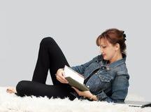 Beiläufige entspannende Frau lizenzfreie stockfotos