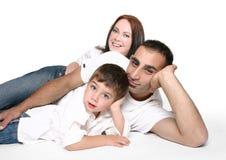 Beiläufige Familie auf Fußboden lizenzfreie stockbilder