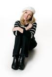 Beiläufige Frau beim Jeanssitzen lizenzfreie stockbilder