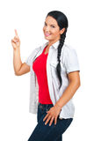 Beiläufige Frau, die auf Exemplarplatz zeigt Lizenzfreie Stockfotos