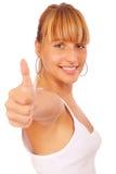 Beiläufige Frau, die mit ihren Daumen oben lächelt Lizenzfreie Stockfotos