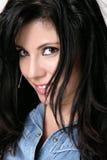 Beiläufige Frau im demin Hemd lizenzfreies stockfoto