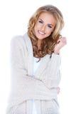 Beiläufige gekleidete reizvolle Frau mit schönem Lächeln Lizenzfreie Stockbilder