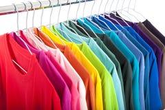 Beiläufige Hemden auf Aufhängungen Stockfoto