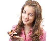 Beiläufige junge Frau mit Goldgeschenk stockfoto